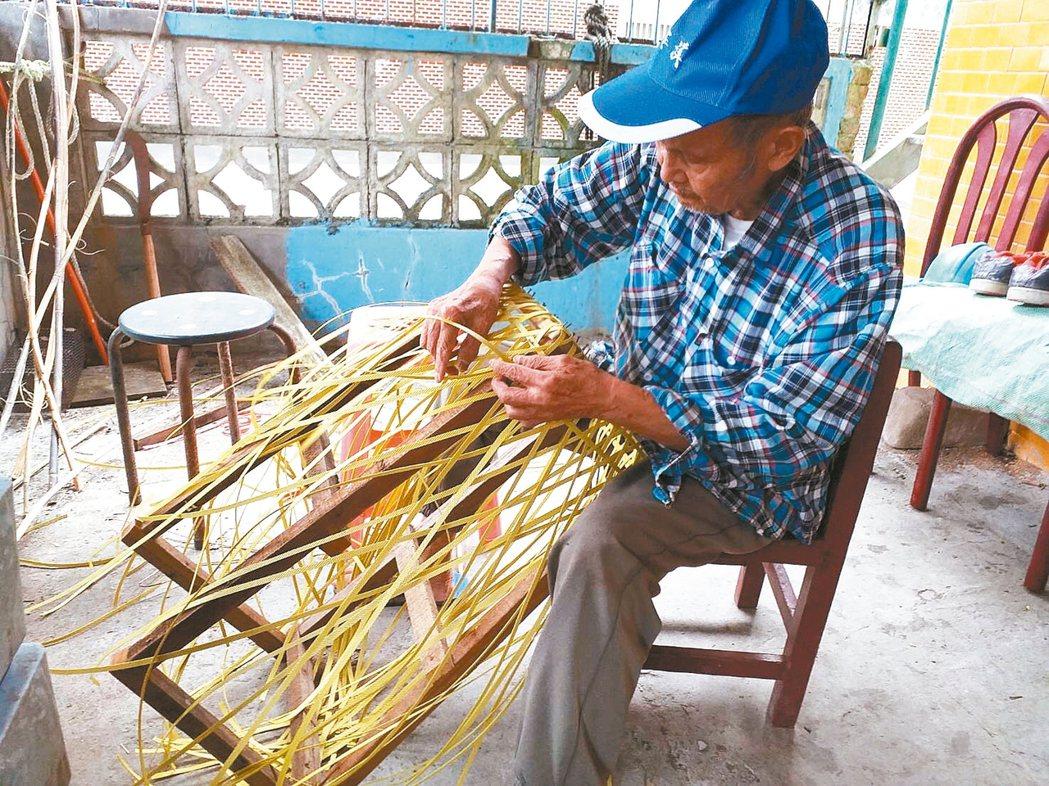 籐編耆老教學。圖╱宜蘭縣崗給原住民永續發展協會提供
