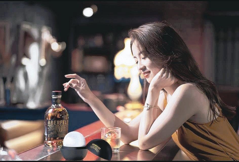 艾柏迪威士忌加入冰球後,蜂蜜香氣依舊,口感更溫和。 大盛酒品/提供