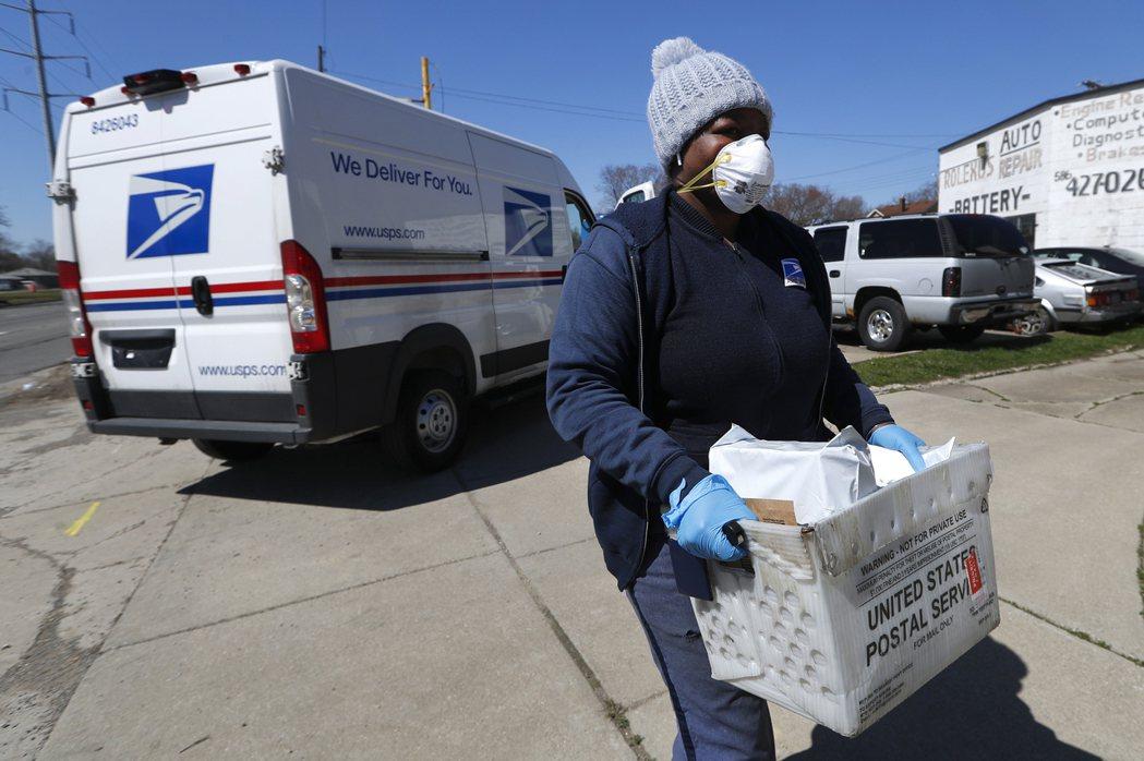 川普團隊的衛生幕僚強調,即使戴上口罩,民眾仍應保持社交距離。 美聯社