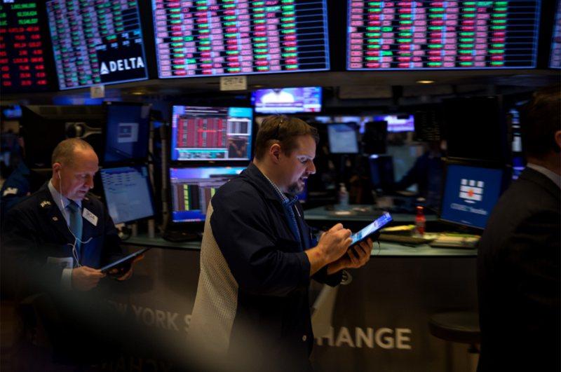 紐約死於新冠病毒人數激增,投資人又面對另一份讓人沮喪的就業報告,美股道瓊工業平均指數在激烈震盪中下跌360.91點,史坦普500指數下跌38.25點。那斯達克綜合指數下跌114.23點。 新華社