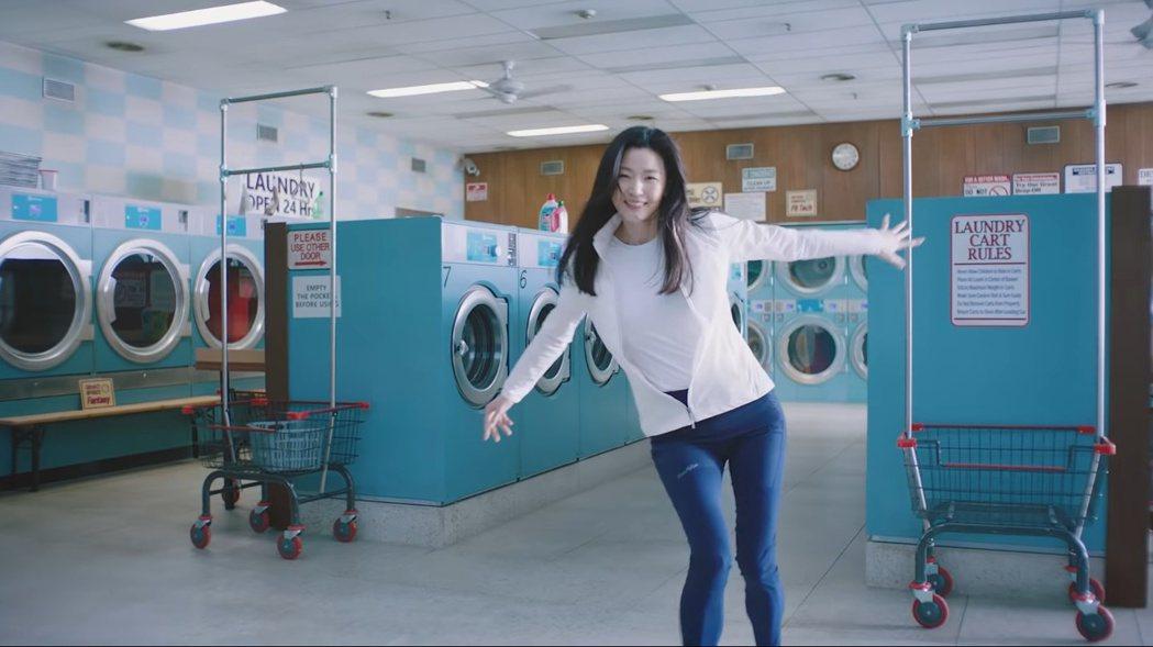 全智賢在自助洗衣店忘情熱舞。 圖/擷自Youtube