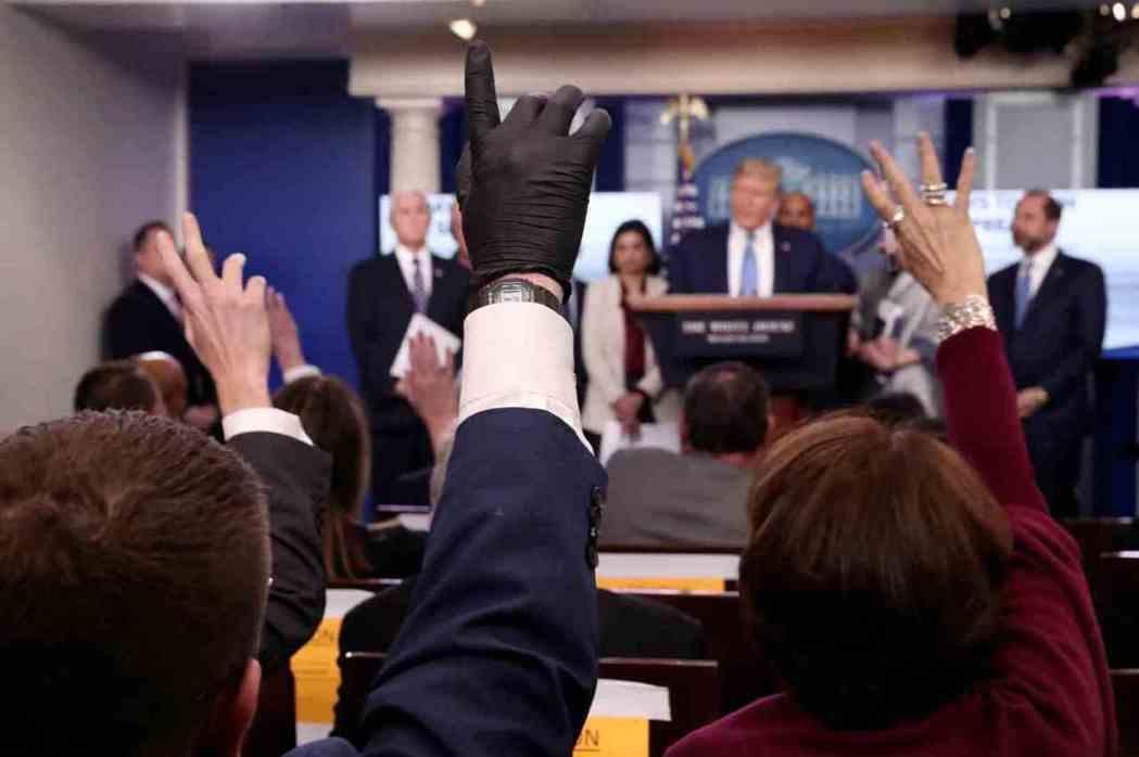 美國輿論已開始檢討,美國總統川普為何輕忽新冠肺炎,延遲防疫。白宮記者會上,記者竟...