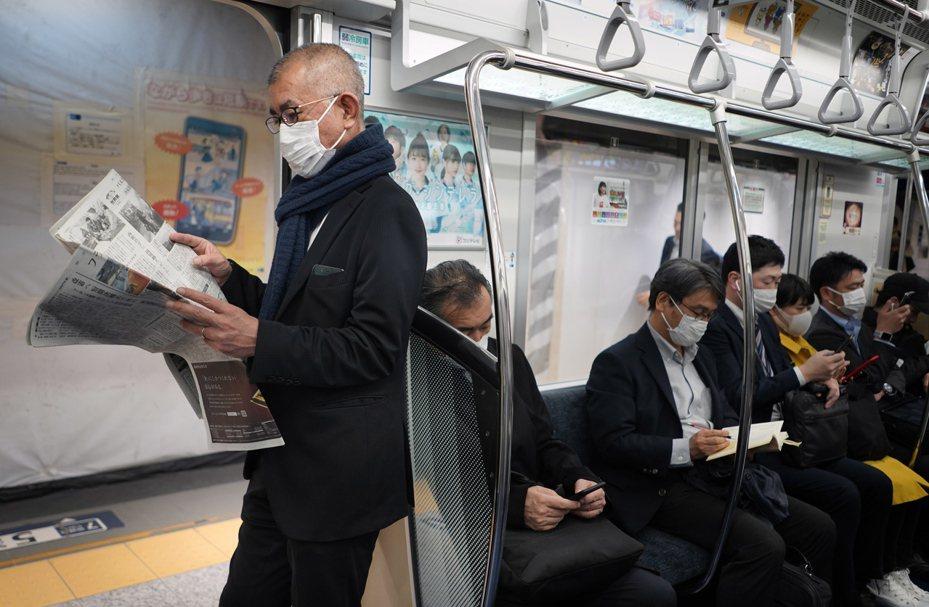 儘管新冠肺炎大流行,依然有許多日本民眾出門上班。歐新社