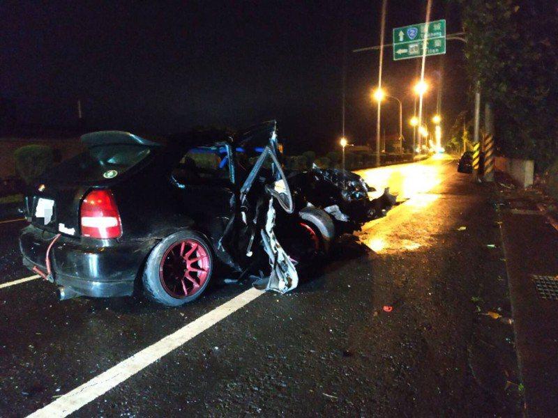 宜蘭縣壯圍鄉壯濱路4段,昨晚有轎車撞電桿,造成車上3人,1死2傷慘劇。圖/翻攝畫面
