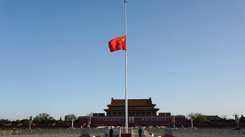 4日天安門廣場降半旗,為新冠肺炎疫情犧牲者哀悼。圖/央視新聞