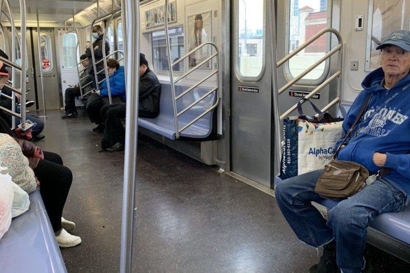 疫情緊張,紐約地鐵車廂內乘客自動保持社交距離。記者王彩鸝/攝影