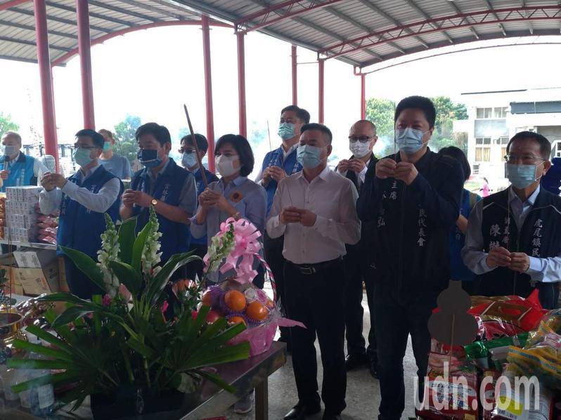 雲林縣長張麗善(前排左三)等人今天前往虎尾鎮惠來納骨塔示範公墓巡視。記者李京昇/攝影