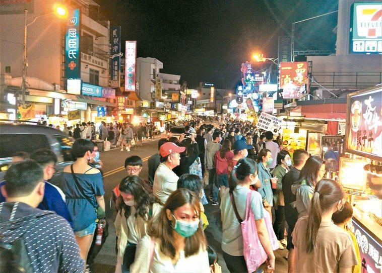 墾丁大街夜市清明連假重現人潮,逛街和購物遊客摩肩擦踵。記者潘欣中/攝影