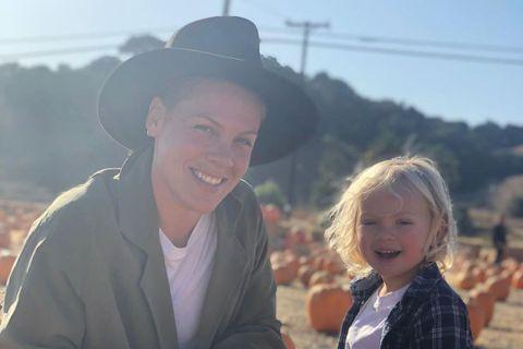 樂壇紅星「紅粉佳人」成為最新宣布確診新冠肺炎的演藝界名人,她在推特上表示自己與3歲的兒子詹姆森都出現了新冠肺炎的症狀,很幸運的她的私人醫生想辦法讓她們成功做檢測,而她測出來呈陽性。自此她和家人都待在...