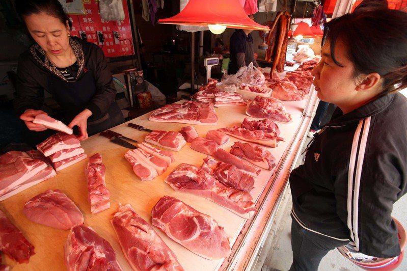 中國大量進口大豆,主要用來榨油滿足食用油市場,榨油後的豆粕用來餵豬,大豆若無法進口,中國要少吃肉少用油。中新社