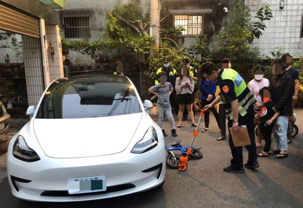 警察為5歲小男童進行酒測,引發網友熱議。圖/翻攝自楊姓車主臉書