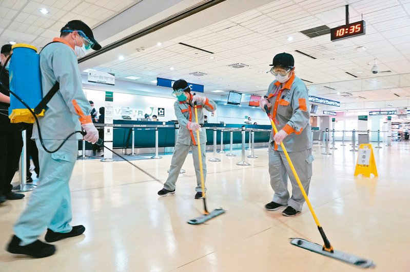 圖為桃園國際機場消毒情形。本報資料照片