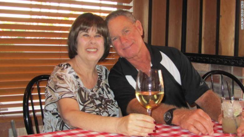 美國銀髮族貝克和妻子雅德莉安雙雙因新冠肺炎不治,往生時間只差六分鐘。取自CNN網...