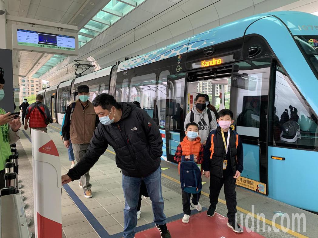 中央流行疫情指揮中心昨指示,即日起民眾搭乘大眾運輸強制戴口罩,新北市實施搭乘大眾...