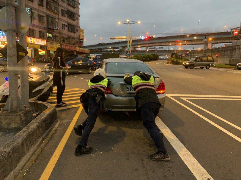 汽車半路故障卡路中,女駕駛驚慌失措,新北市土城派出所員警熱心推車助解圍。圖/警方提供