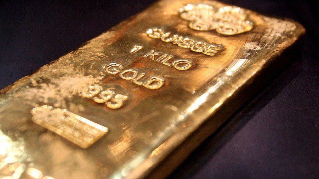 在新冠病毒疫情衝擊下,黃金價格看漲。 路透