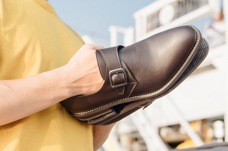 除了鞋底從傳統的木根改為泡棉,穿著更舒適吸震,Gullar鞋款的內裡也改為人造纖...