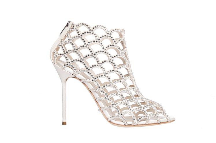 Sergio Rossi最經典的美人魚鏤空鞋履有9公分、10.5公分款式。圖/取...