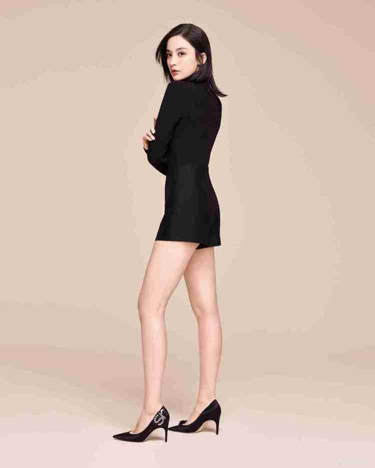 古力娜扎詮釋實穿的黑色Sergio Rossi跟鞋。圖/取自微博