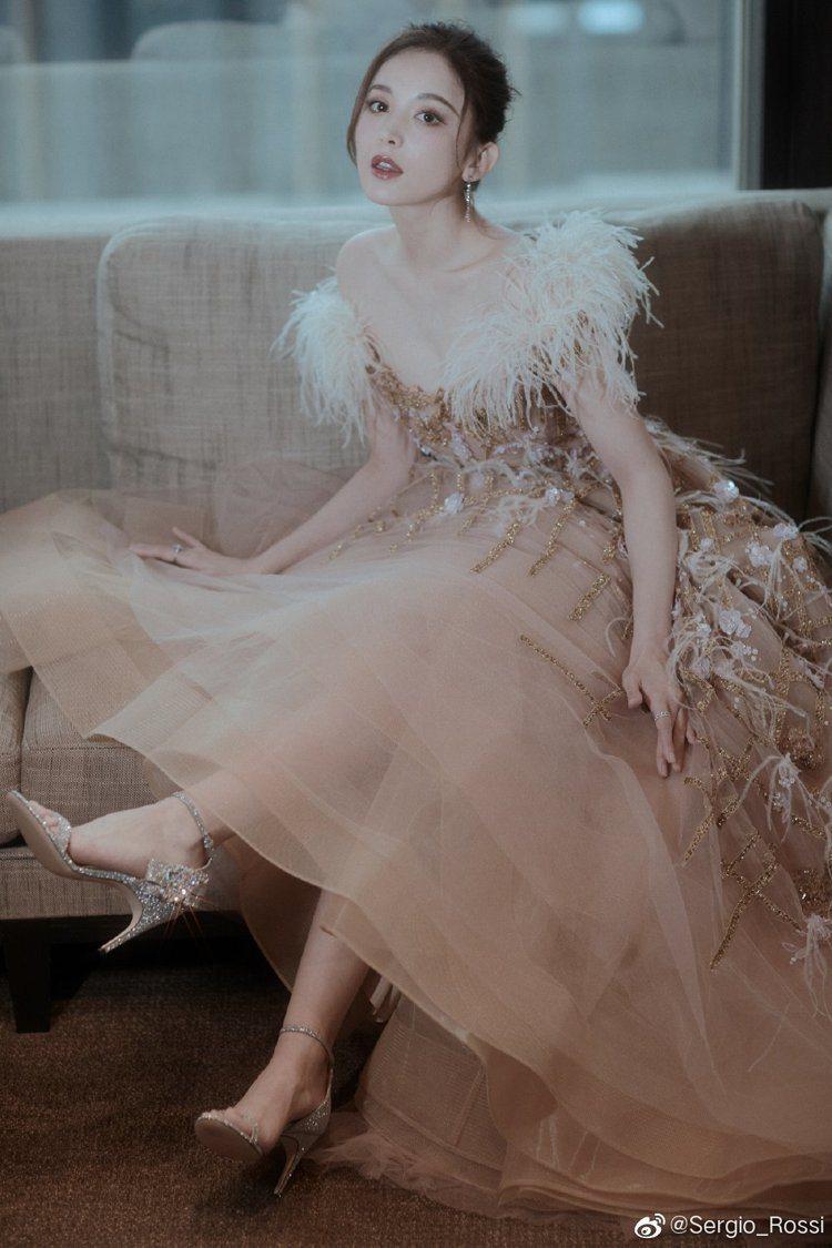 古力娜扎詮釋浪漫的SR Icona系列的粉、銀色鑽飾高跟鞋。圖/取自微博