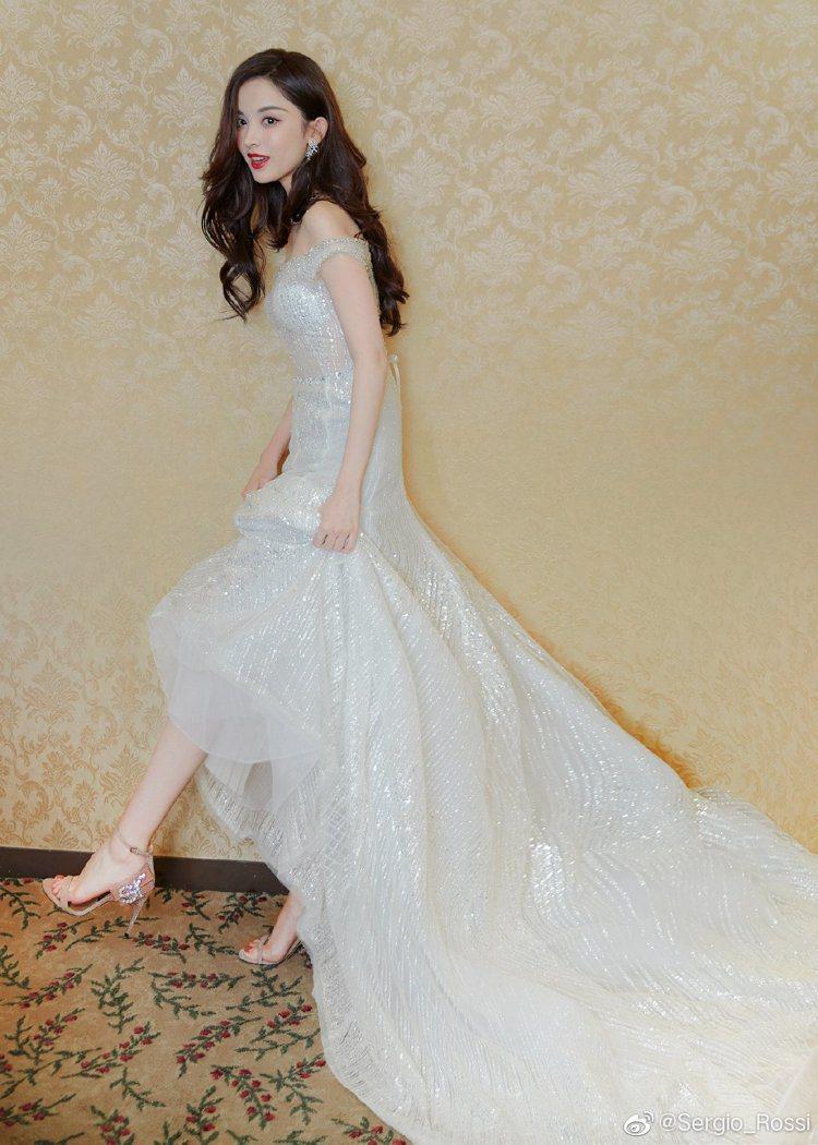 古力娜扎曾穿SR Icona系列的粉、銀色鑽飾高跟鞋出席活動。圖/取自微博
