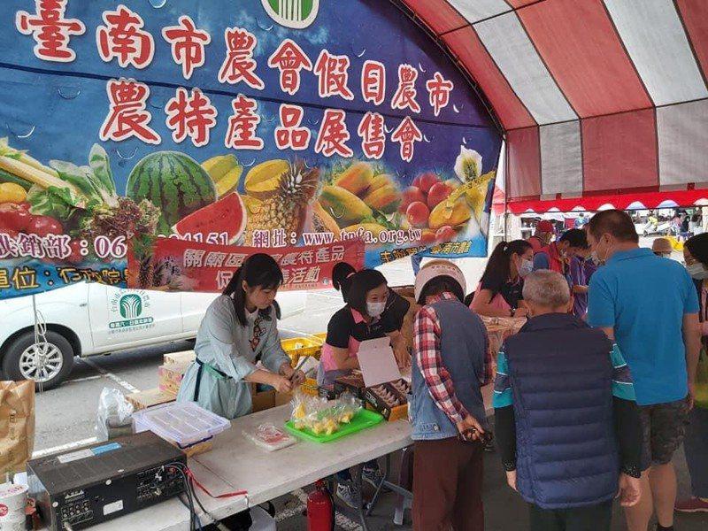 台南市關廟區農會今明兩天在東區假日農市舉辦「鳳梨促銷活動」。圖/台南市農業局提供