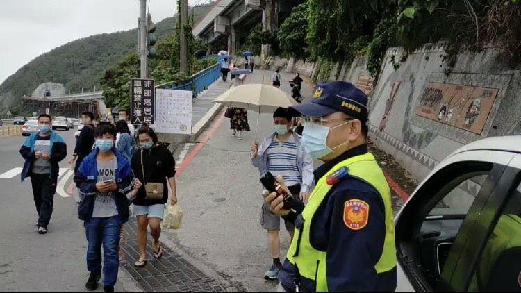 台東大武警分局今天派員在多良火車站入口處交通疏導外,更配合方疫提醒遊客「保持社交距離」。記者尤聰光/翻攝