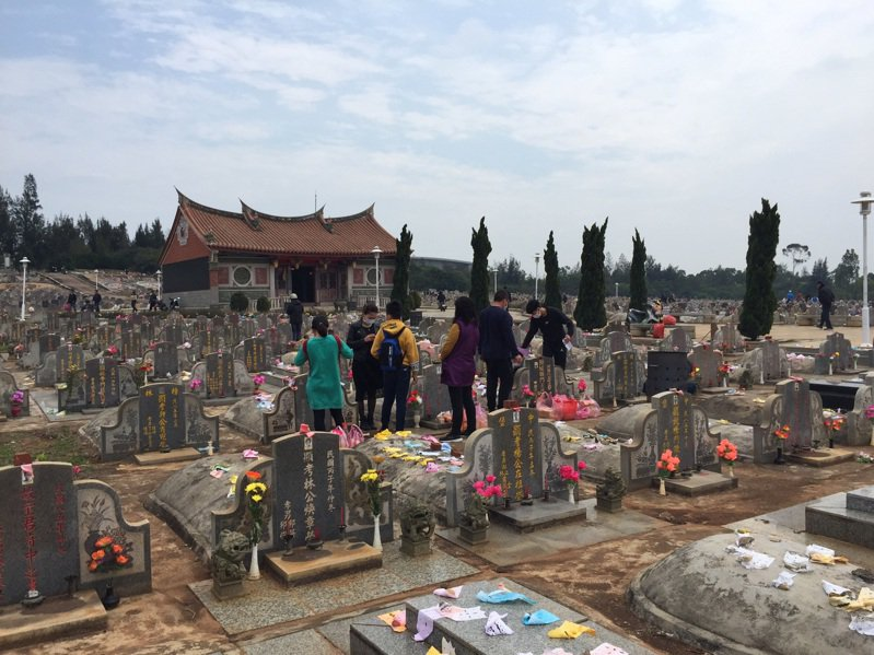 掃墓示意圖。聯合報系資料照/記者蔡家蓁攝影