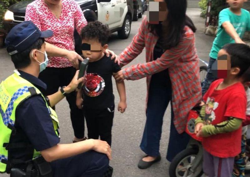警察對5歲小男童酒測,引發網友熱議。圖/楊姓車主提供