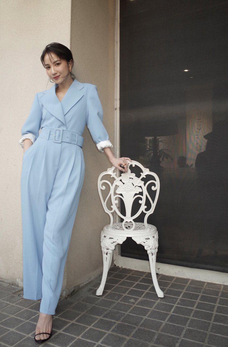 演員張甯演繹sandro天空藍西裝外套15,070、寬版長褲10,440元。圖/...