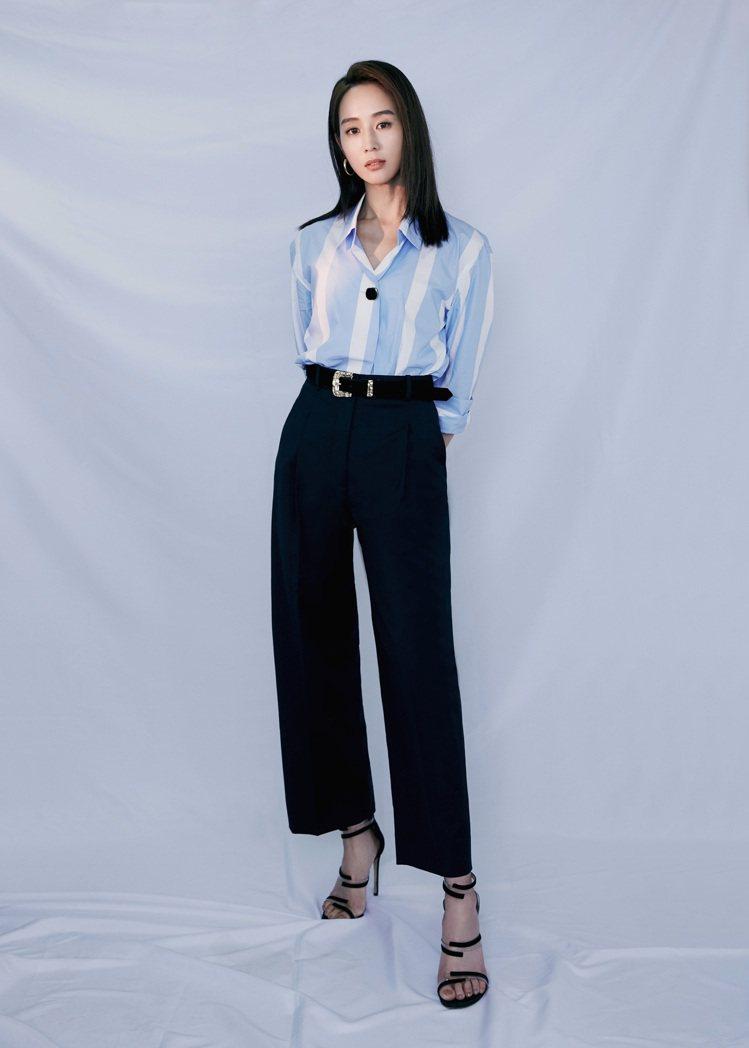 張鈞甯詮釋sandro春夏系列藍白條紋襯衫9,050元、寬褲8,580元展現極佳...