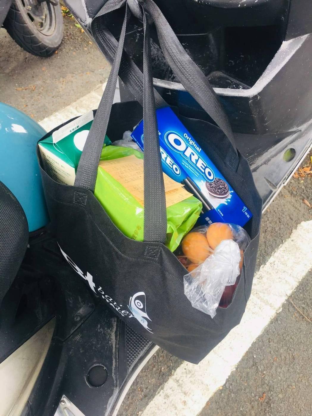 田士廣的粉絲特別送餅乾等食物,掛在他的摩托車上。圖/經紀人提供