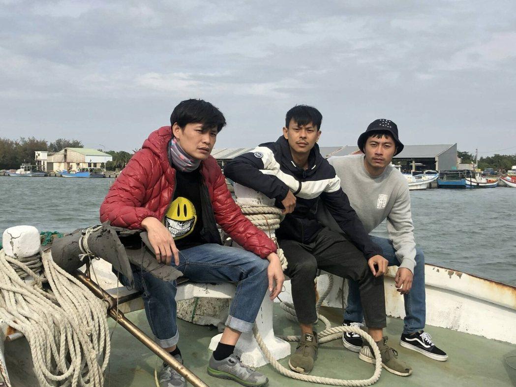 黃鐙輝(左起)、孫綻、余思達在「無主之子」深刻體驗漁工生活。圖/民視提供