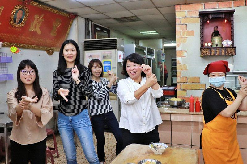 市長黃敏惠為宣導防疫、洗手重要性,在賣雞肉飯的店內跳洗手舞,示範正確洗手方式。圖/嘉義市府提供