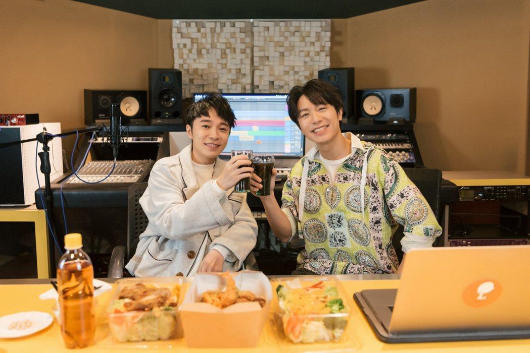 韋禮安邀好友吳青峰一起錄製Podcast「韋禮安跟你鳥鳥天」,第一集上線2天就突