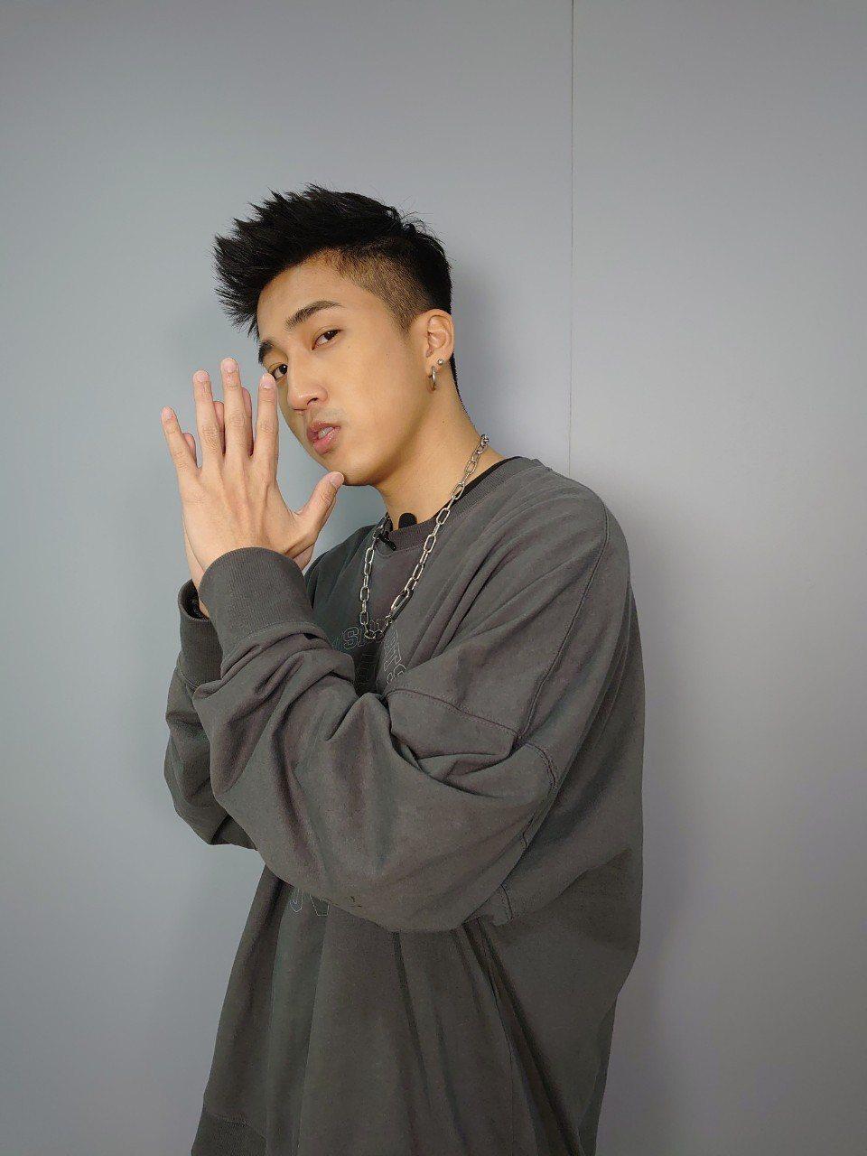 婁峻碩日前獲Hit FM邀請擔任防疫舞蹈小尖兵,將律動感十足的新歌「COLORF