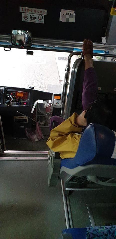 國道客運出現「傳說中的天殘腳」,網友怒:給他噴酒精。圖/取自基隆人大小事