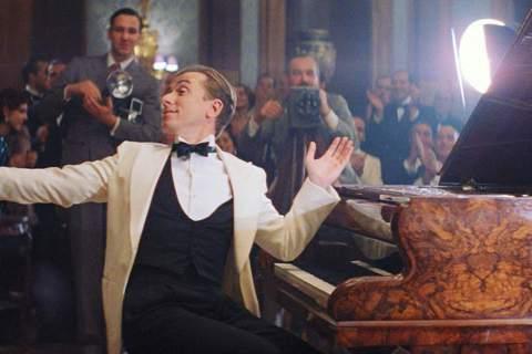 新冠肺炎影響好萊塢新片紛紛延檔上映,戲院求片孔急,意外促成經典名片重新回鍋的熱潮。繼都曾在坎城影展奪得最佳影片大獎的「霸王別姬」、「在黑暗中漫舞」回到戲院上映後,被超過10個國家重拍的義大利神作「完...