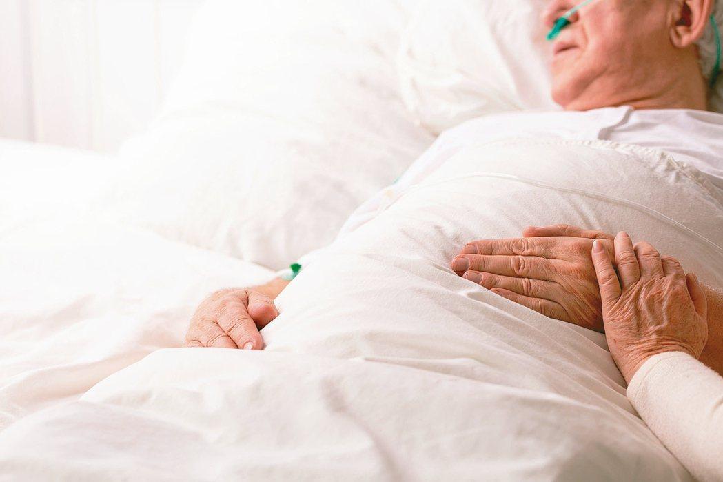 面對長輩生病,如果有一線曙光,孩子都會鼓勵爸媽不要放棄治療。但若爸媽拒絕接受治療...