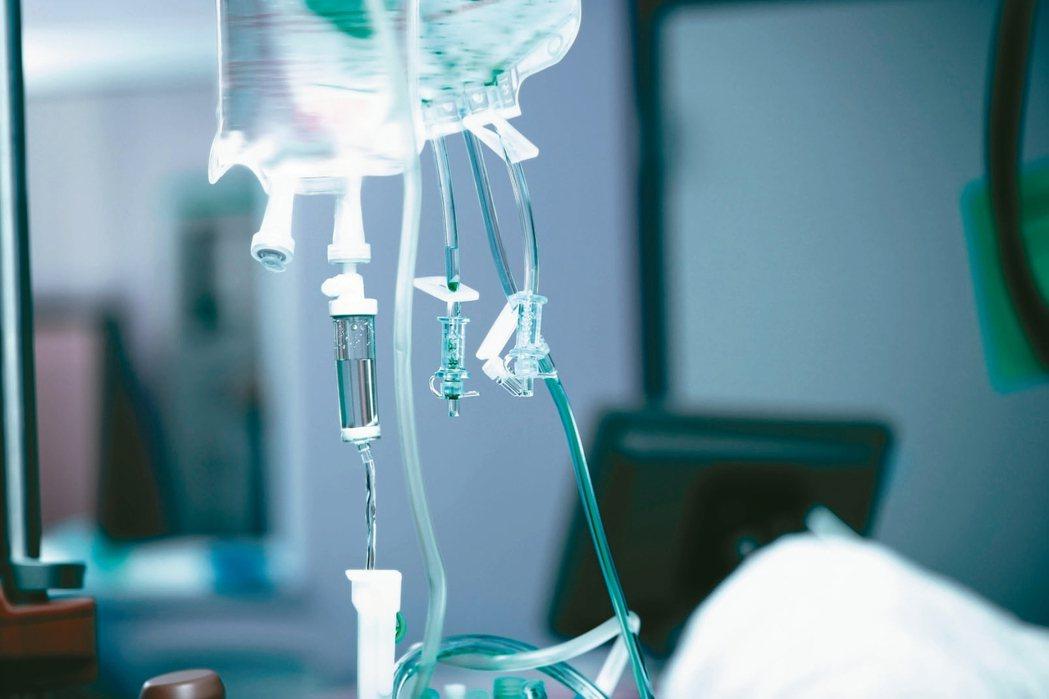 長輩罹癌後是否該積極治療?因病況不同,有些醫療行為可能無法改善,也可能影響生活品...