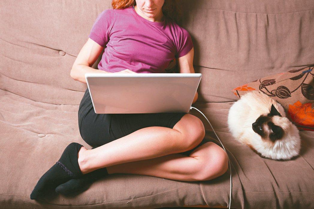 因應新冠肺炎疫情,許多人開始待在家進行遠距工作。有的人覺得不必進公司很開心;也有...
