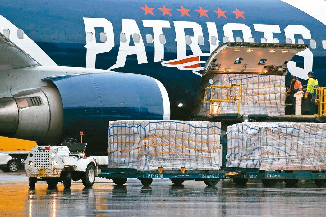 美國新冠肺炎疫情嚴重,四處採購口罩,圖為剛從大陸深圳運抵波士頓的大量醫療物資,包...