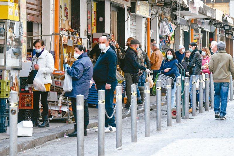 世衛組織表示,戴口罩對防止新冠肺炎病毒傳播有幫助。圖為義大利那不勒斯街頭上戴口罩的民眾。 (歐新社)