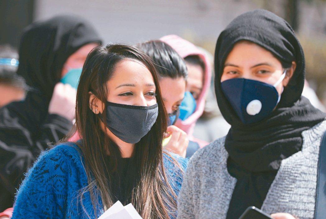 印度印度克什米爾夏季首府斯利那加戴口罩的學生。 歐新社