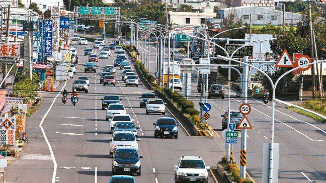 圖為今年清明連假最後一天,屏鵝公路昨天下午北上車流量大,警方以跑馬燈宣導盡量勿再...