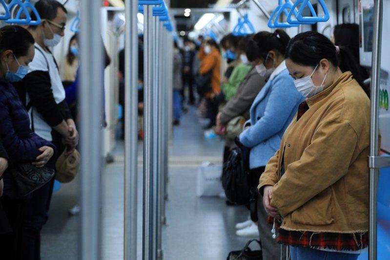 大陸舉行全國性的哀悼活動,上海地鐵臨停三分鐘,乘客肅立默哀。 (中新社)