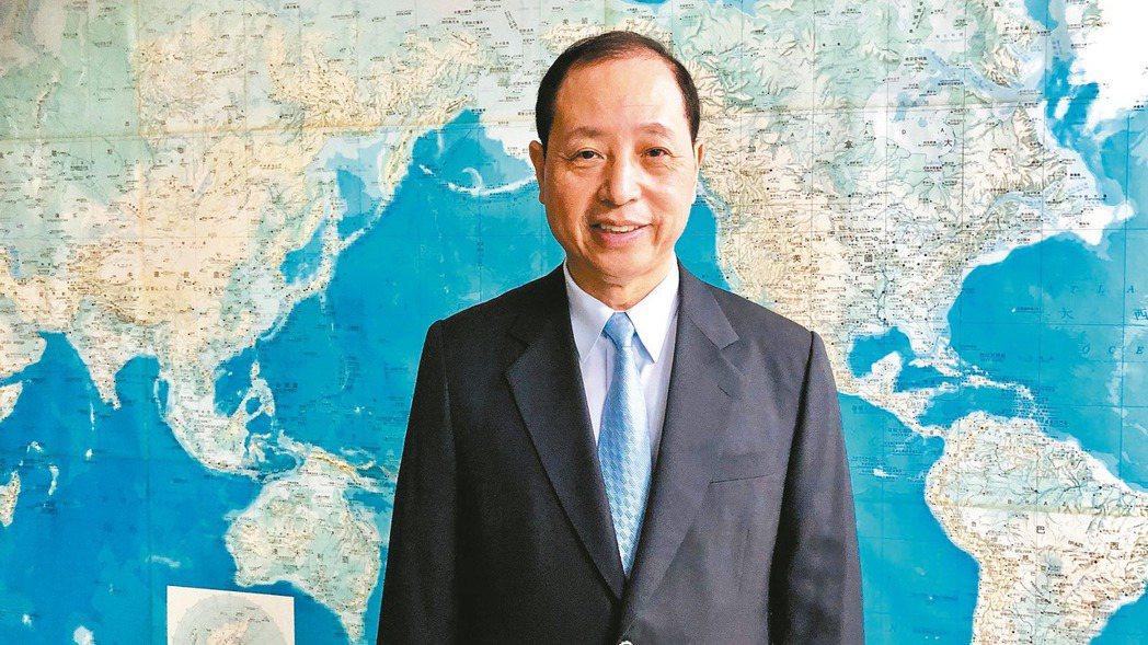 遠雄港董事長葉鈞耀告訴年輕人,只要肯努力,「英雄不怕出身低。」 圖/遠雄港提供