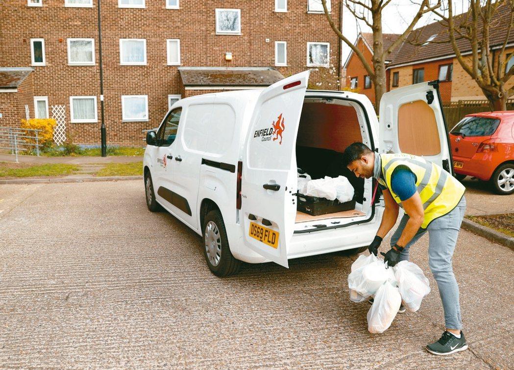 新冠病毒疫情催生外送商機,英國一些小企業轉攻外送服務業。 路透