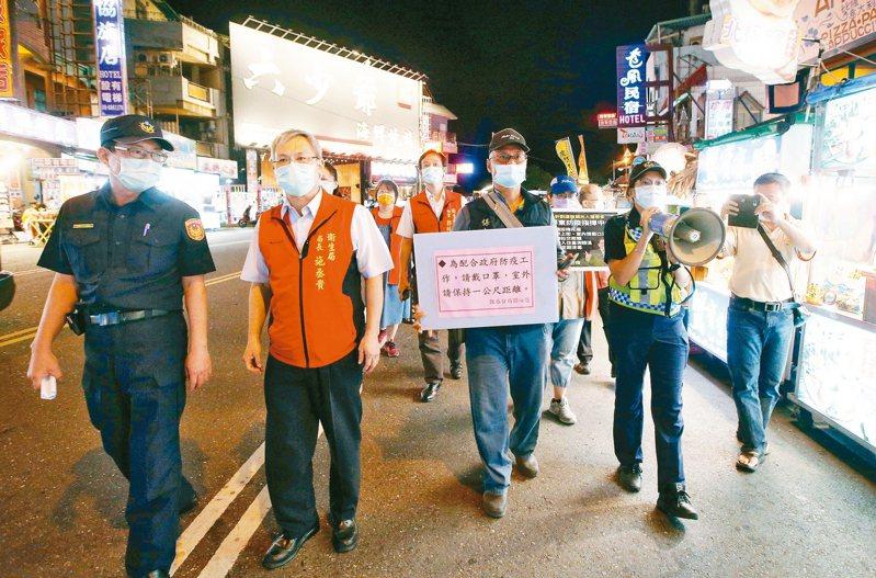屏東墾丁大街昨晚雖然還有許多逛街遊客,但是已經減少許多,警方也在人群中宣導保持距離,遊客上街也大部分戴上口罩。 記者劉學聖/攝影