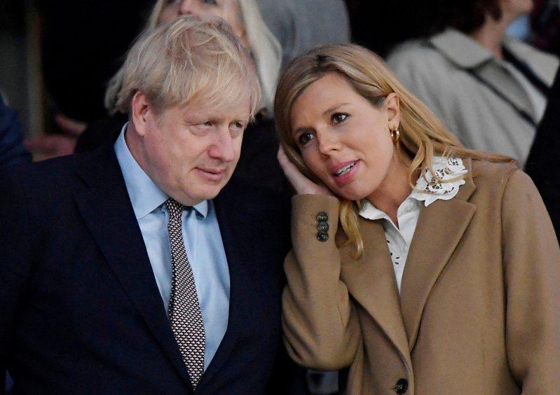 英國首相強生與已懷孕未婚妻席孟茲皆染疫。 路透社